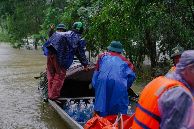 Đoàn từ thiện của VSS Corp và Song Đạt Food chở đồ tiếp tế tiến vào vùng lũ